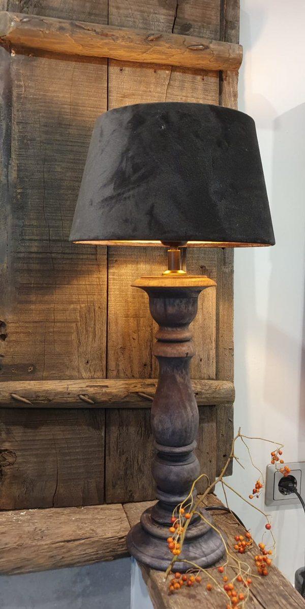 Een stoere baluster tafellamp in een geblakerde donkergrijze kleur | Benard's Woonaccessoires