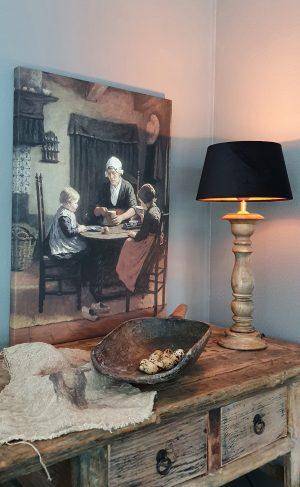 Bij grootmoeder Schevenings interieur met een oude vrouw en twee kinderen aan een tafel | Benard's Woonaccessoires