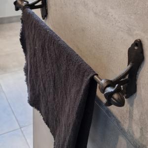 Zwart smeedijzer handdoekenrek   handig voor in de keuken of badkamer   Benard's Woonaccessoires
