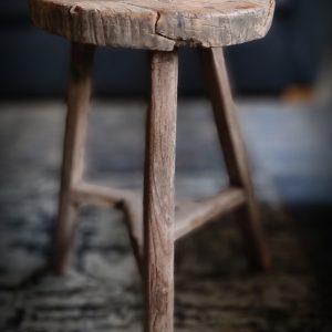 Oude houten ronde kruk | Benard's Woonaccessoires | Uniek en Authentiek