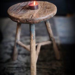 Oude houten ronde kruk | Benard's Woonaccessoires | voor in een landelijk interieur