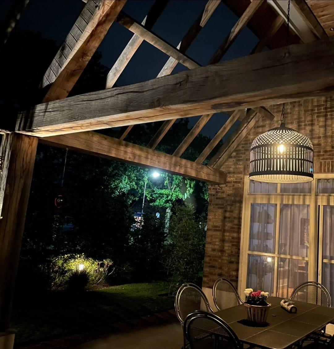 Zwart ijzeren gevlochten hanglamp | onder een landelijk overdekte veranda | Benard's Woonaccessoires